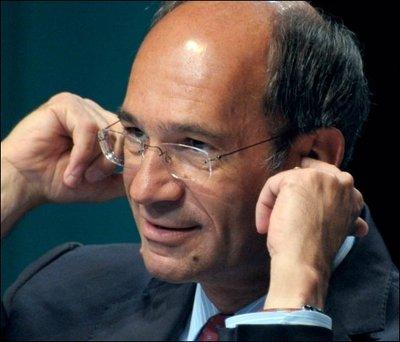 32688_le-ministre-du-travail-eric-woerth-se-bouche-les-oreilles-lors-de-l-universite-d-ete-du-medef-le-3-septembre-2010-a-paris